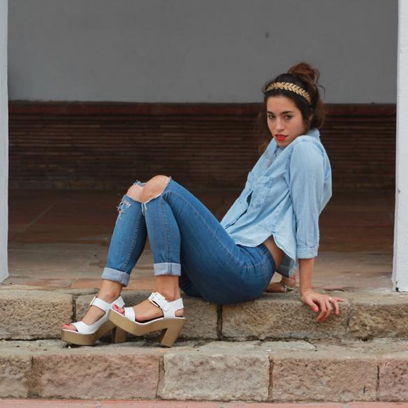 15colgadasdeunapercha_total_denim_look_tejano_diadema_griega_greek_tiara_white_sandals_sandalias_blancas_madera_zapatos_esparto_shoes_blanca_arias_3