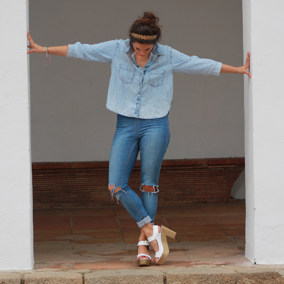 15colgadasdeunapercha_total_denim_look_tejano_diadema_griega_greek_tiara_white_sandals_sandalias_blancas_madera_zapatos_esparto_shoes_blanca_arias_4