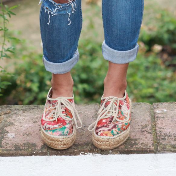 15colgadasdeunapercha_total_denim_look_tejano_diadema_griega_greek_tiara_white_sandals_sandalias_blancas_madera_zapatos_esparto_shoes_blanca_arias_6