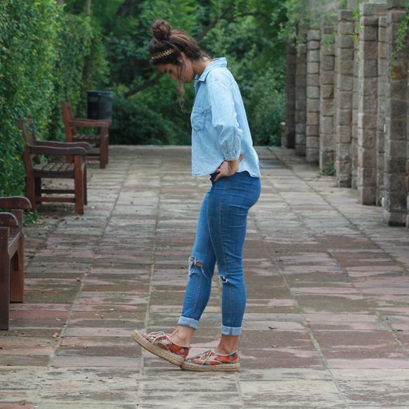15colgadasdeunapercha_total_denim_look_tejano_diadema_griega_greek_tiara_white_sandals_sandalias_blancas_madera_zapatos_esparto_shoes_blanca_arias_9