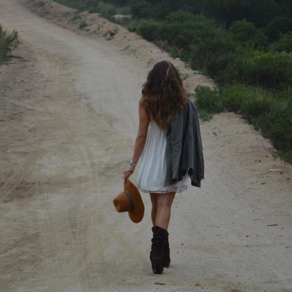 15colgadasdeunapercha_vestido_lencero_lingerie_dress_botas_camel_boots_sombrero_hat_parka_alicia_alvarez_10