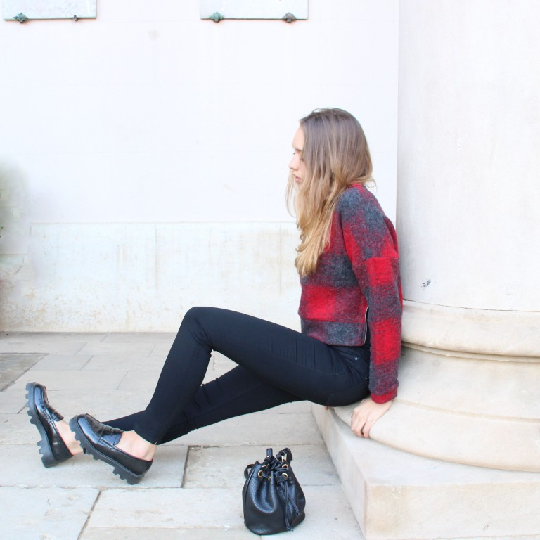15colgadasdeunapercha_fall_otoño_black_negro_rock_check_jumper_jersey_cuadros_rojo_red_mocasines_loafers_julia_ros_1