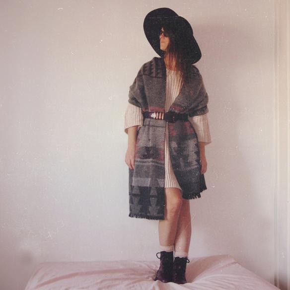 15colgadasdeunapercha_rosa_pink_burdeos_burgundy_pimkie_manta_blanket_sombrero_hat_maxi_jersey_XL_jumper_socks_calcetines_carla_kissler_10