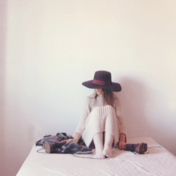 15colgadasdeunapercha_rosa_pink_burdeos_burgundy_pimkie_manta_blanket_sombrero_hat_maxi_jersey_XL_jumper_socks_calcetines_carla_kissler_2