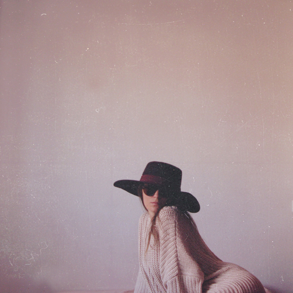 15colgadasdeunapercha_rosa_pink_burdeos_burgundy_pimkie_manta_blanket_sombrero_hat_maxi_jersey_XL_jumper_socks_calcetines_carla_kissler_6