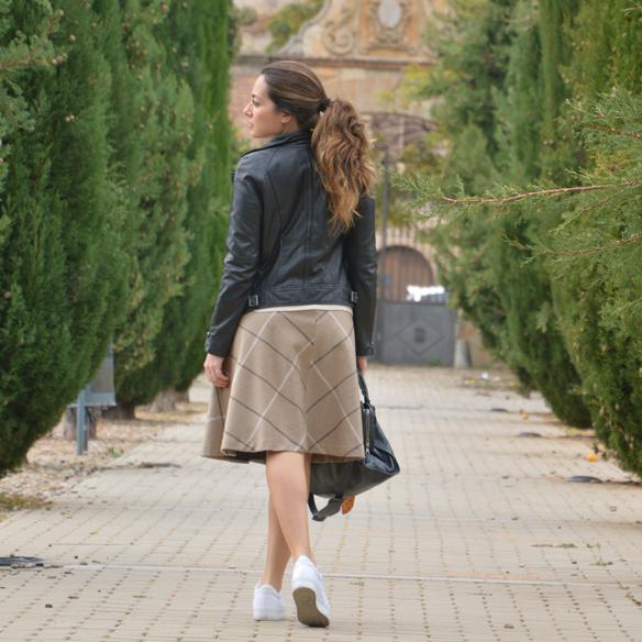 15colgadasdeunapercha_otoño_fall_pañuelo_scarf_chicplace_chic_place_sneakers_bambas_falda_cuadros_lana_wool_check_skirt_biker_alicia_alvarez_10