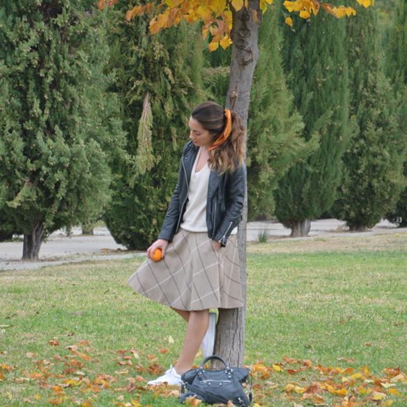 15colgadasdeunapercha_otoño_fall_pañuelo_scarf_chicplace_chic_place_sneakers_bambas_falda_cuadros_lana_wool_check_skirt_biker_alicia_alvarez_3