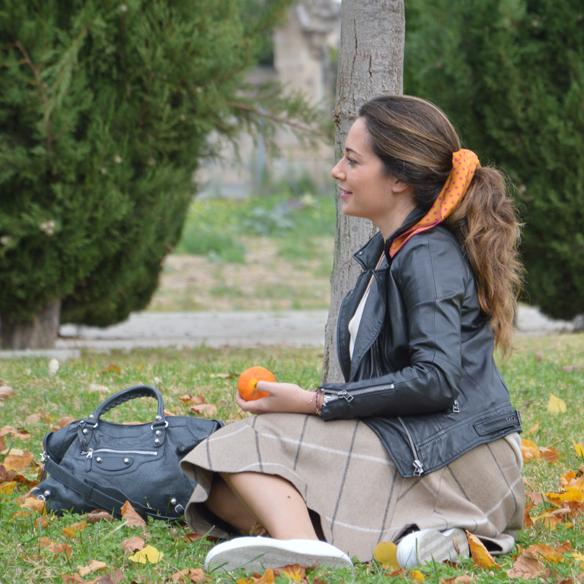 15colgadasdeunapercha_otoño_fall_pañuelo_scarf_chicplace_chic_place_sneakers_bambas_falda_cuadros_lana_wool_check_skirt_biker_alicia_alvarez_4