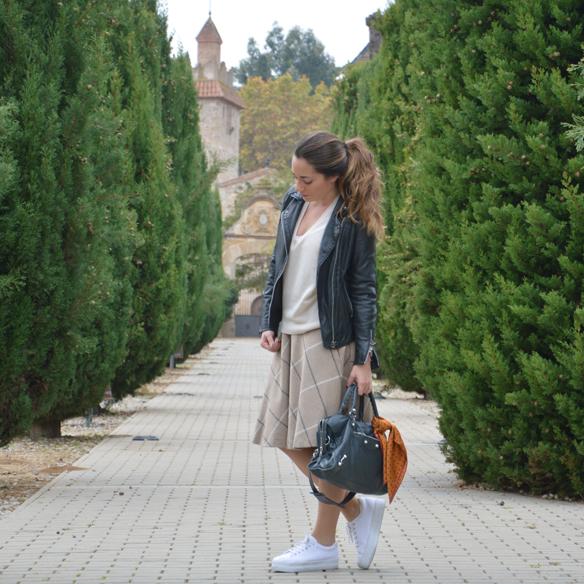 15colgadasdeunapercha_otoño_fall_pañuelo_scarf_chicplace_chic_place_sneakers_bambas_falda_cuadros_lana_wool_check_skirt_biker_alicia_alvarez_9