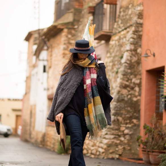 15colgadasdeunapercha_poncho_manta_blanket_flare_jeans_pantalones_campana_blue_azul_monocolor_crank_sitges_ana_crank_1