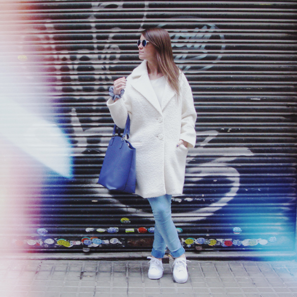 15colgadasdeunapercha_grey_sunglasses_chicplace_sneakers_marypaz_teddy_coat_white_blanco_blue_azul_carla_kissler_1