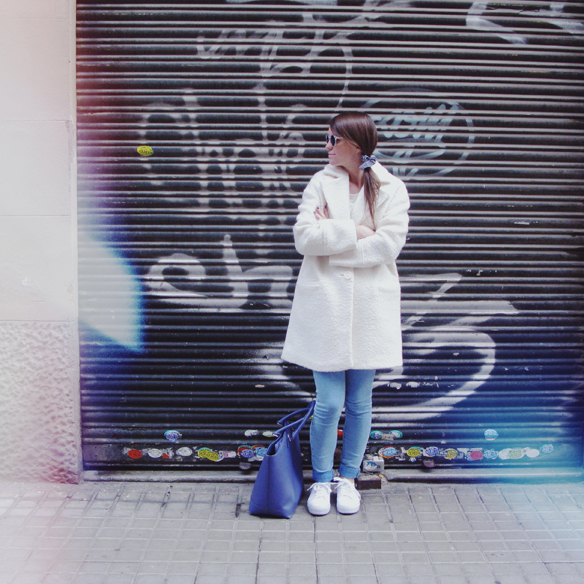 15colgadasdeunapercha_grey_sunglasses_chicplace_sneakers_marypaz_teddy_coat_white_blanco_blue_azul_carla_kissler_10