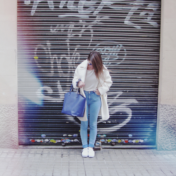15colgadasdeunapercha_grey_sunglasses_chicplace_sneakers_marypaz_teddy_coat_white_blanco_blue_azul_carla_kissler_2