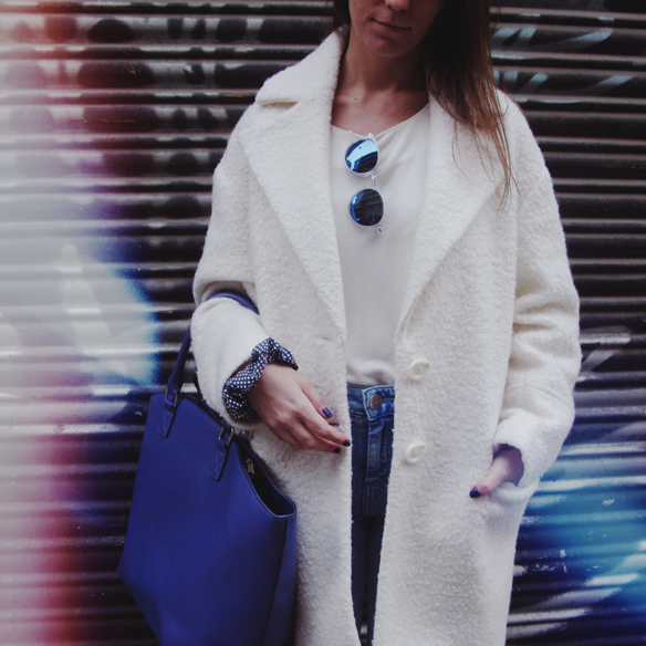 15colgadasdeunapercha_grey_sunglasses_chicplace_sneakers_marypaz_teddy_coat_white_blanco_blue_azul_carla_kissler_3