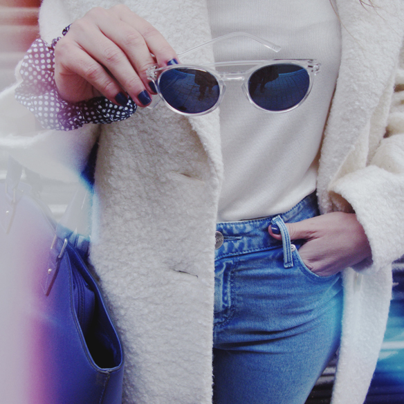 15colgadasdeunapercha_grey_sunglasses_chicplace_sneakers_marypaz_teddy_coat_white_blanco_blue_azul_carla_kissler_4