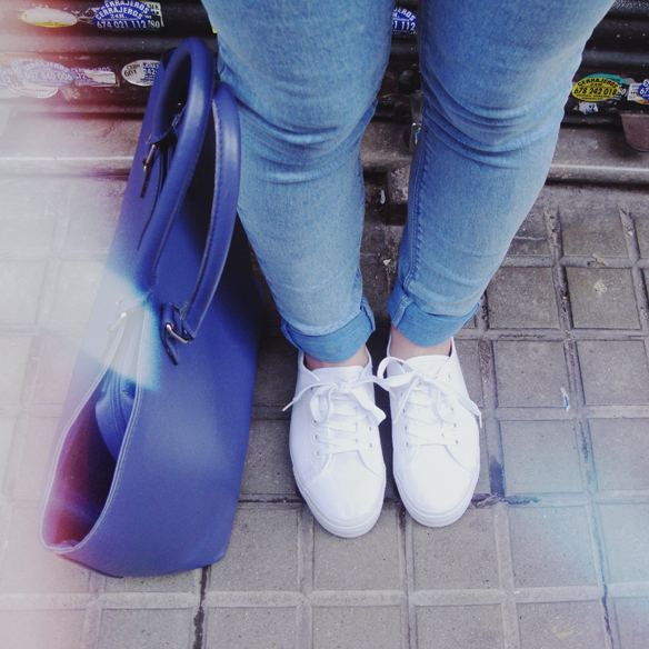 15colgadasdeunapercha_grey_sunglasses_chicplace_sneakers_marypaz_teddy_coat_white_blanco_blue_azul_carla_kissler_5