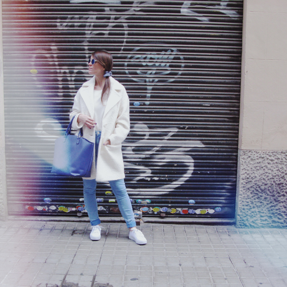 15colgadasdeunapercha_grey_sunglasses_chicplace_sneakers_marypaz_teddy_coat_white_blanco_blue_azul_carla_kissler_8