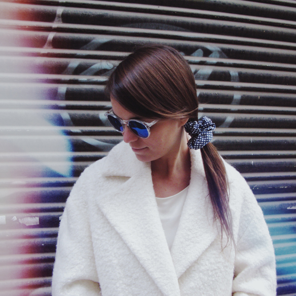 15colgadasdeunapercha_grey_sunglasses_chicplace_sneakers_marypaz_teddy_coat_white_blanco_blue_azul_carla_kissler_9