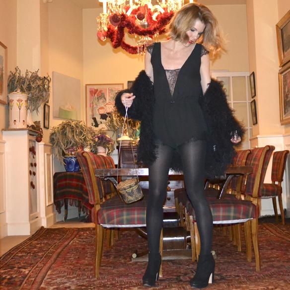 15colgadasdeunapercha_navidad_christmas_mono_lencero_lingerie_jumpsuit_black_negro_teddy_coat_gina_carreras_1