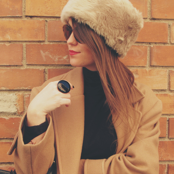 15colgadasdeunapercha_camel_long_coat_maxi_abrigo_largo_culottes_russian_fur_hat_gorro_pelo_ruso_carla_kissler_5