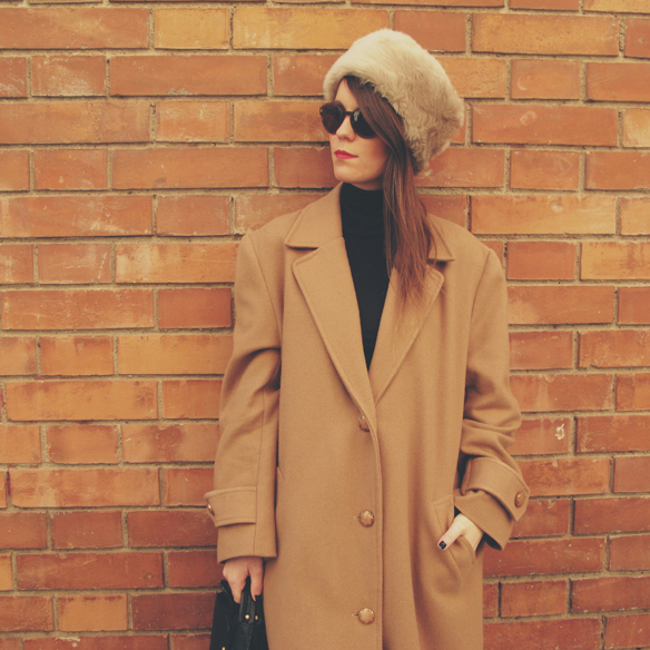 15colgadasdeunapercha_camel_long_coat_maxi_abrigo_largo_culottes_russian_fur_hat_gorro_pelo_ruso_carla_kissler_8