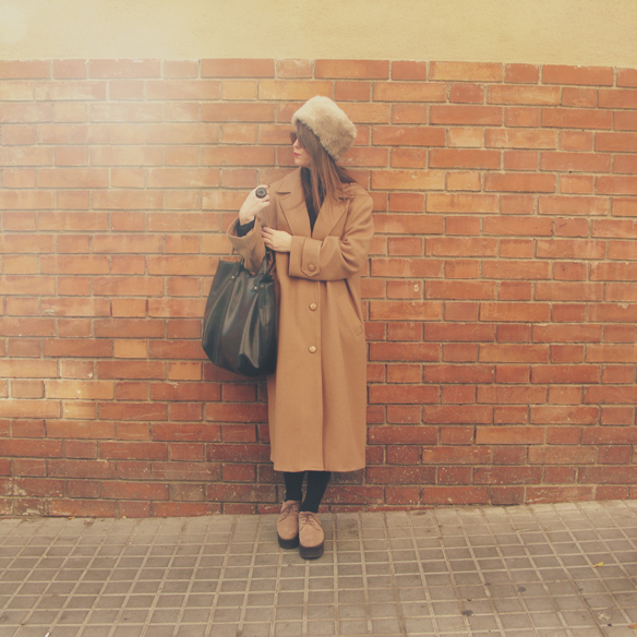 15colgadasdeunapercha_camel_long_coat_maxi_abrigo_largo_culottes_russian_fur_hat_gorro_pelo_ruso_carla_kissler_9