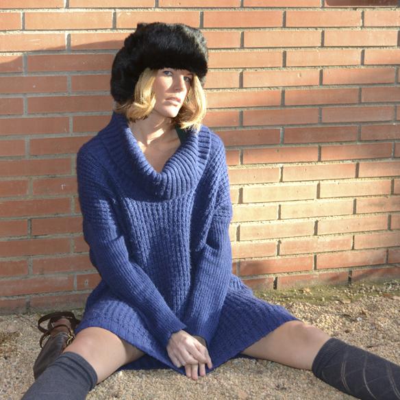 15colgadasdeunapercha_invierno_winter_azul_klein_blue_calcetines_stocks_maxi_jersey_oversize_jumper_russian_fur_hat_gorrito_de_pelo_ruso_gina_carreras_10