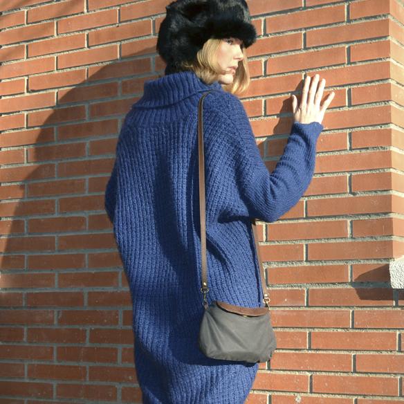 15colgadasdeunapercha_invierno_winter_azul_klein_blue_calcetines_stocks_maxi_jersey_oversize_jumper_russian_fur_hat_gorrito_de_pelo_ruso_gina_carreras_3