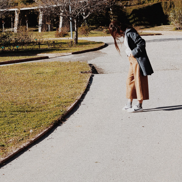 15colgadasdeunapercha_mapache_invierno_verano_winter_summer_mostaza_mustard_mochila_backpack_bambas_trainers_bebofi_2