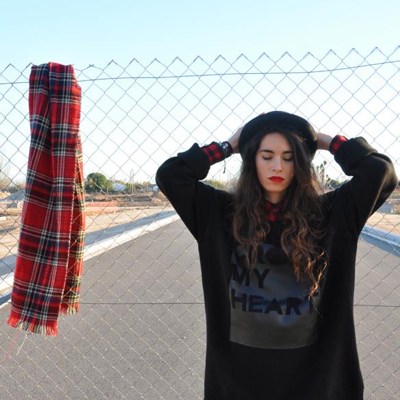 15colgadasdeunapercha_plaid_tartan_sombrero_bombin_capa_cape_british_style_estilo_britanico_sudadera_sweater_blanca_arias_4