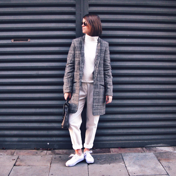 15colgadasdeunapercha_tomboy_sporty_tweed_white_blanco_invierno_winter_maxi_blazer_cuello_alto_turtleneck_bambas_trainers_carla_kissler_10