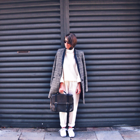 15colgadasdeunapercha_tomboy_sporty_tweed_white_blanco_invierno_winter_maxi_blazer_cuello_alto_turtleneck_bambas_trainers_carla_kissler_2