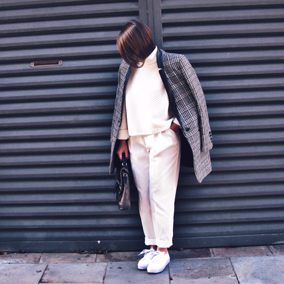 15colgadasdeunapercha_tomboy_sporty_tweed_white_blanco_invierno_winter_maxi_blazer_cuello_alto_turtleneck_bambas_trainers_carla_kissler_3