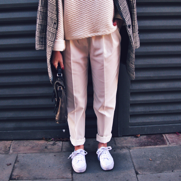 15colgadasdeunapercha_tomboy_sporty_tweed_white_blanco_invierno_winter_maxi_blazer_cuello_alto_turtleneck_bambas_trainers_carla_kissler_5