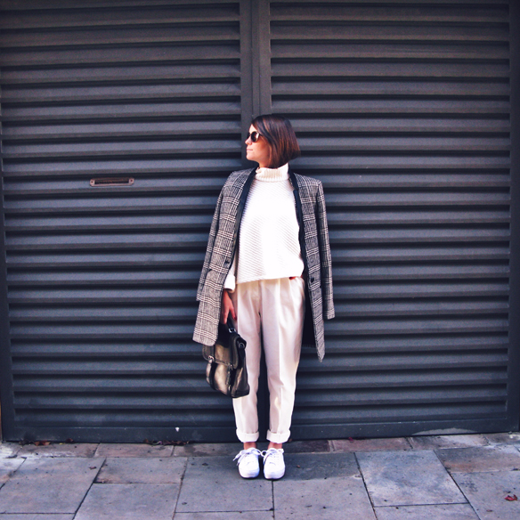 15colgadasdeunapercha_tomboy_sporty_tweed_white_blanco_invierno_winter_maxi_blazer_cuello_alto_turtleneck_bambas_trainers_carla_kissler_7