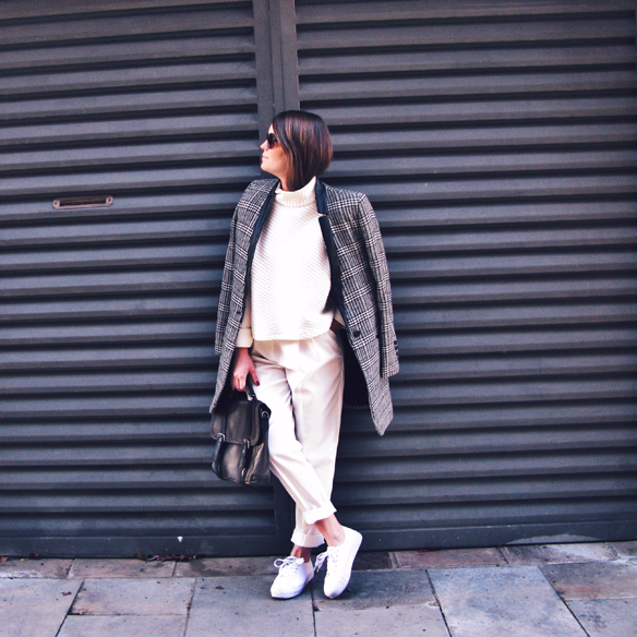 15colgadasdeunapercha_tomboy_sporty_tweed_white_blanco_invierno_winter_maxi_blazer_cuello_alto_turtleneck_bambas_trainers_carla_kissler_8
