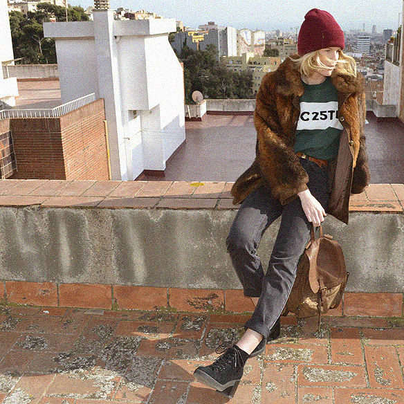 15colgadasdeunapercha_abrigo_pelo_fur_coat_verde_green_sudadera_sweater_gorro_beanie_mochila_backpack_georgina_barcelona_gina_carreras_1