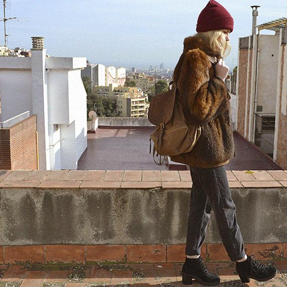 15colgadasdeunapercha_abrigo_pelo_fur_coat_verde_green_sudadera_sweater_gorro_beanie_mochila_backpack_georgina_barcelona_gina_carreras_3
