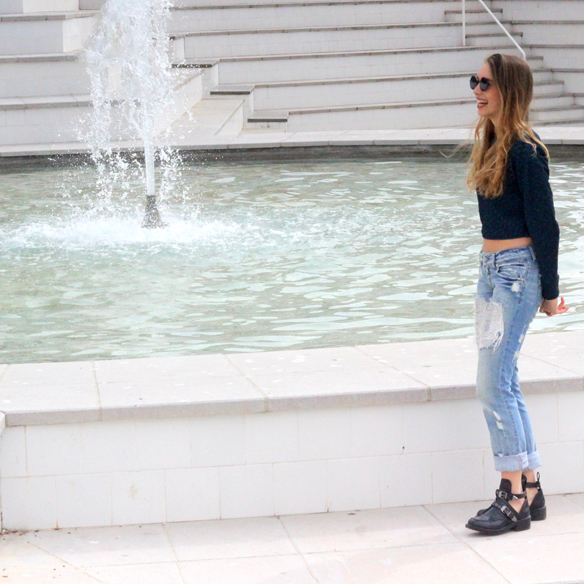 15colgadasdeunapercha_entretiempo_halftime_resort_cut_out_botines_booties_crop_top_ripped_jeans_julia_ros_10