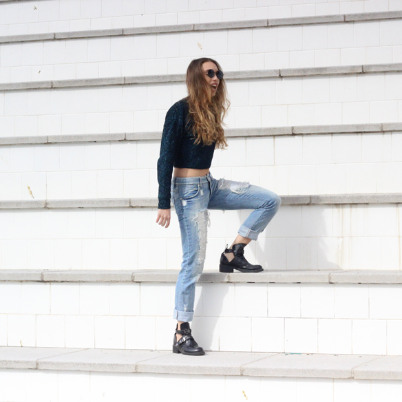 15colgadasdeunapercha_entretiempo_halftime_resort_cut_out_botines_booties_crop_top_ripped_jeans_julia_ros_4
