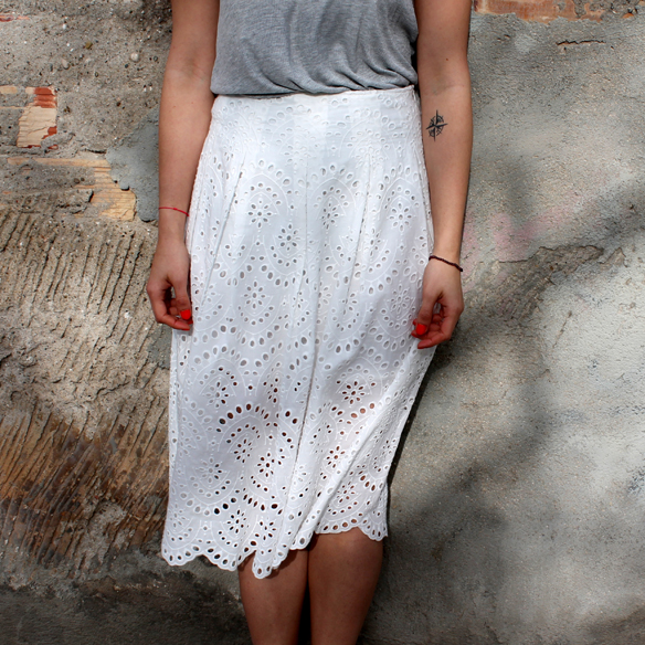 15colgadasdaunapercha_must-have_ss_15_imprescindible_midi_falda_skirt_troquelado_ugly_shoes_romantico_blanche_5