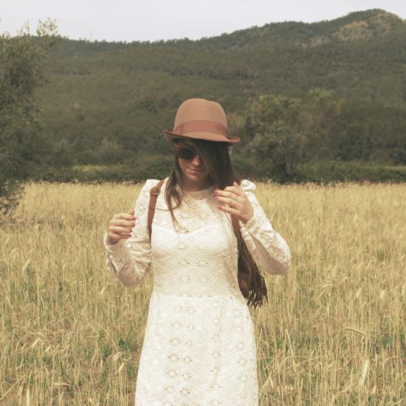 15colgadasdeunapercha_must-have_imprescindible_boho_chic_festivalera_vestido_white_blanco_troquelado_punched_dress_carla_kissler_3