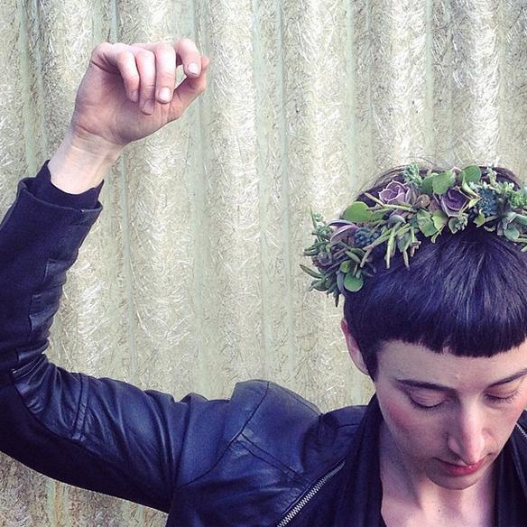15colgadasdeunapercha_con_cabeza_y_a_lo_loco_tocados_coronas_diademas_canotiers_pamelas_turbantes_sombreros_headdresses_flowers_by_bornay_1