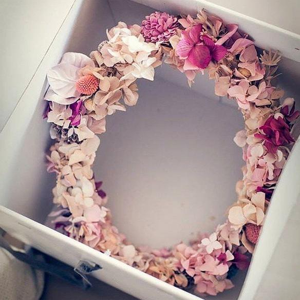 15colgadasdeunapercha_con_cabeza_y_a_lo_loco_tocados_coronas_diademas_canotiers_pamelas_turbantes_sombreros_headdresses_flowers_by_bornay_2