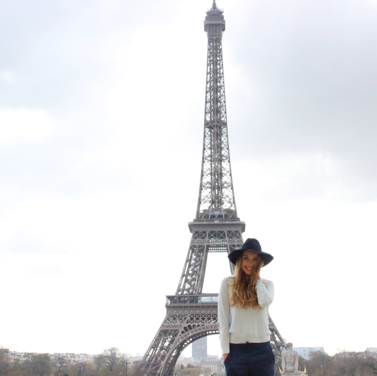 15colgadasdeunapercha_sombrero_hat_mochila_backpack_zapatos_plateados_silver_shoes_paris_calcetines_socks_julia_ros_1