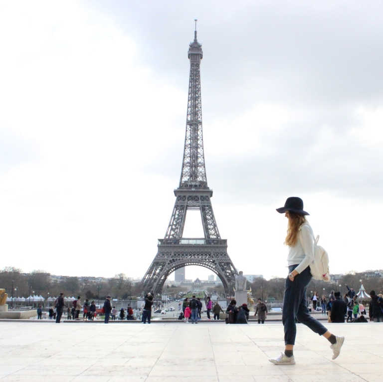 15colgadasdeunapercha_sombrero_hat_mochila_backpack_zapatos_plateados_silver_shoes_paris_calcetines_socks_julia_ros_2