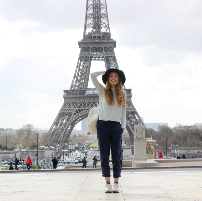 15colgadasdeunapercha_sombrero_hat_mochila_backpack_zapatos_plateados_silver_shoes_paris_calcetines_socks_julia_ros_3