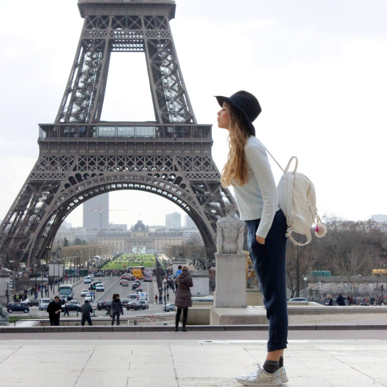 15colgadasdeunapercha_sombrero_hat_mochila_backpack_zapatos_plateados_silver_shoes_paris_calcetines_socks_julia_ros_9