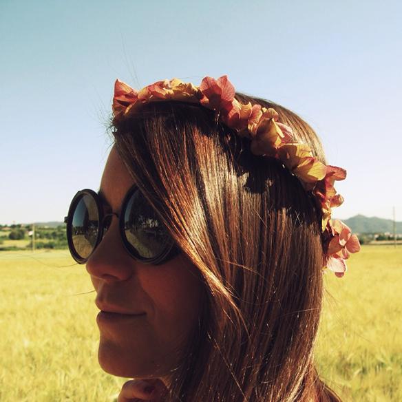 15colgadasdeunapercha-jane-birkin-70s-flare-pants-acampanados-crop-top-cesto-mimbre-corona-flores-carla-kissler-5