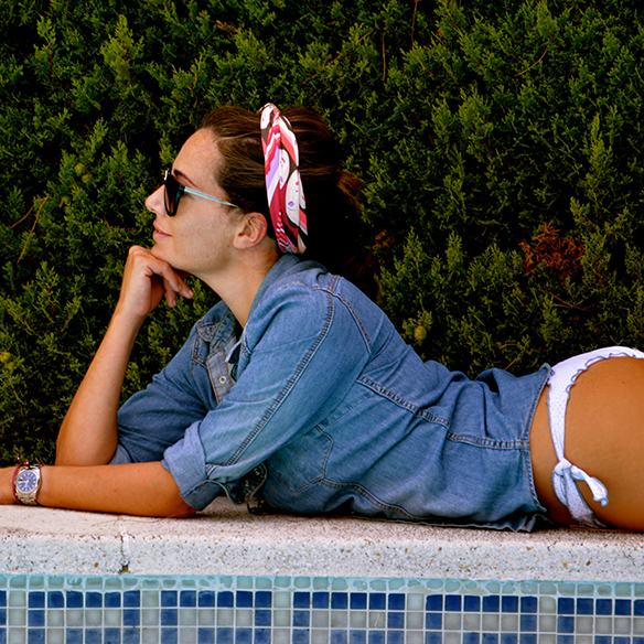 15colgadasdeunapercha-summer-verano-camisa-tejana-denim-shirt-bikini-pañuelo-headscarf-bambas-sneakers-alicia-alvarez-1